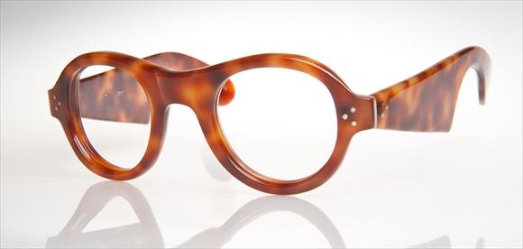 Brillenstudie: Der Bügel erinnert an einen Violinenschlüssel